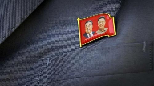 Huy hiệu cài áo có hình Kim Nhật Thành và Kim Jong-il. Ảnh: AP.