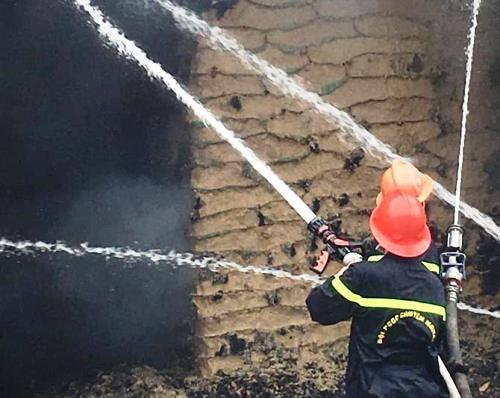 Lực lượng cảnh sát PCCDC Hải Phòng lỗ lực dập lửa, chống cháy lan. Ảnh: CTV