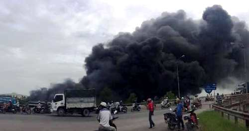 Cột khói đen khổng lồ cuồn cuộn bốc lên từ vụ cháy kho chứa cám chăn nuôi của doanh nghiệp ở tỉnh Lạng Sơn thuê kho tại Công ty cổ phần thương binh An Hòa, xã An Hồng, huyện An Dương (Hải Phòng) vào sáng 13/6. Ảnh: CTV