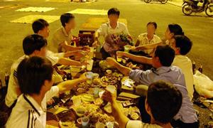 'Người Việt đang mắc kẹt trong nhậu nhẹt, karaoke'