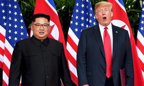 Tổng thống Mỹ Trump, phải, và lãnh đạo Triều Tiên Kim Jong-un trong cuộc gặp ngày 12/6 tại Singapore. Ảnh: AFP.