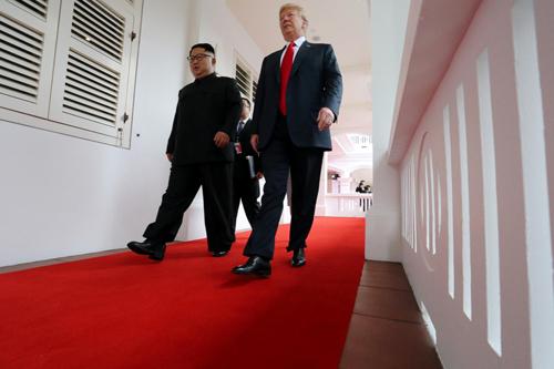 Tổng thống Mỹ Donald Trump (phải) và lãnh đạo Triều TiênKim Jong-un bước đi trên dãy hành lang tại khách sạnCapella, đảo Sentosa,Singapore. Ảnh: Reuters.
