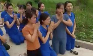 Nhiều giáo viên quỳ để xin không đóng cửa trường mầm non