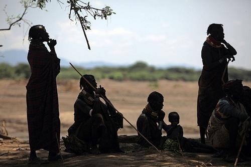Cộng đồng châu Phi giúp nhau chăm sóc, nuôi dưỡng những đứa trẻ. Ảnh: Getty Images