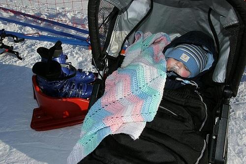Một đứa trẻ ở Iceland nằm ngủ ngoài trời rét. Ảnh:Skapti Hallgrímsson