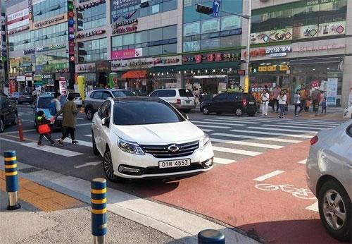 Một tài xế ngang nhiên đỗ xe chiếm lòng đường, ngay trên phần vạch kẻ dành cho người đi bộ. Ảnh: Facebook.