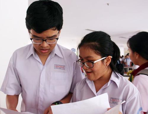 Thí sinh trao đổi sau giờ thi môn Toán vào lớp 10 Đại học Sư phạm TP HCM. Ẩnh: Yến Nhi.