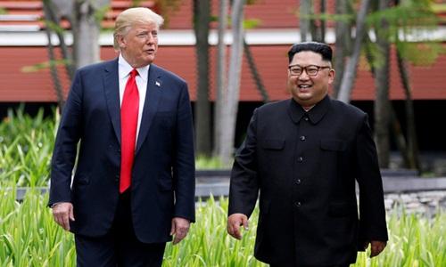 Tổng thống Mỹ Donald Trump (trái) và lãnh đạo Triều Tiên Kim Jong-un đi dạo tại khách sạn ở Singapore sau cuộc gặp thượng đỉnh. Ảnh: Reuters.