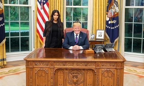 Tổng thống Mỹ cùng ngôi sao truyền hình thực tếKim Kardashian tại phòng Bầu Dục, Nhà Trắng,ngày 30/5. Ảnh:Twitter