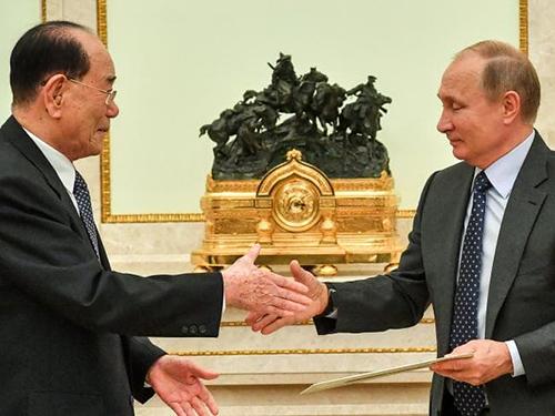 Tổng thống Nga Vladimir Putin (phải) bắt tay Chủ tịch Hội đồng Nhân dân Tối cao Kim Yong-nam tại cuộc gặp ở Điện Kremlin, Moskva, Nga ngày 14/6. Ảnh: AFP.