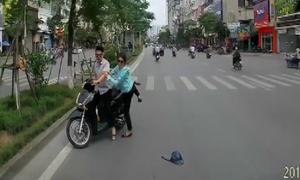 Cặp đôi SH đi ngược chiều mắng tài xế ôtô khi bị nhắc nhở