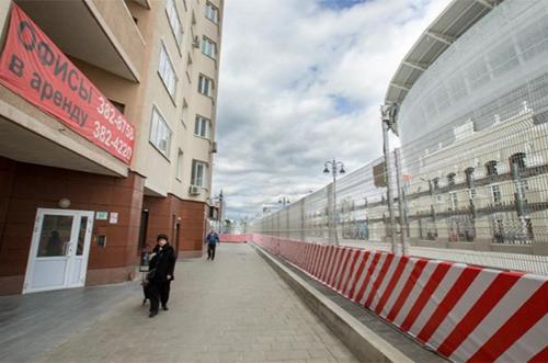 Tòa chung cư 27 đườngKrylova Street nằm sát sânEkaterinburg, nên người dân phải đối mặt với nhiều biện pháp kiểm soát an ninh gây bất tiện trong sinh hoạt thường ngày. Ảnh:Reuters