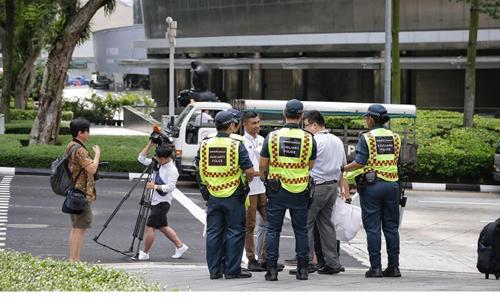 Lực lượng an ninh Singapore làm nhiệm vụ bên ngoài khách sạn St Regis hôm 9/6. Ảnh: Straits Times.