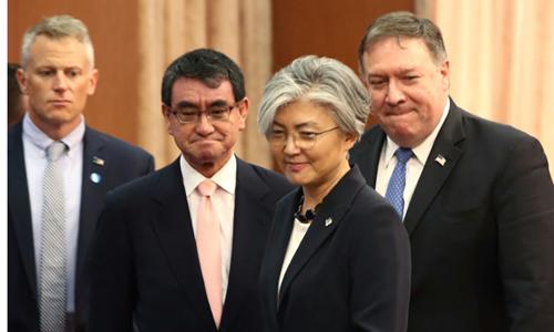 Ngoại trưởng Mỹ Mike Pompeo (ngoài cùng bên phải) trong cuộc họp báo với những người đồng cấp Hàn - Nhật tại Seoul ngày 13/6. Ảnh: AFP.