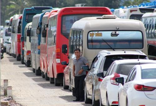 Từ đầu tháng 6 đến nay, ngày nào bến phà Gót- Cát Viềng đều quá tải, khiến lượng xe du lịch xếp hàng 3, nối đuôi nhau, nằm chờ nhiều giờ để cảnh sát giao thông điều tiết vượt qua đoạn từ km23+350 đến km23+450 để xuống phà, sang đảo Cát Bà. Ảnh: Giang Chinh