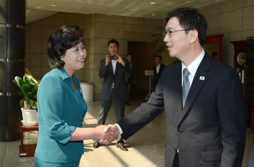 Kim Sung-hae (trái) và quan chức Hàn Quốc trong cuộc họp tại Panmunjom năm 2013. Ảnh: Bộ Thống nhất Hàn Quốc.