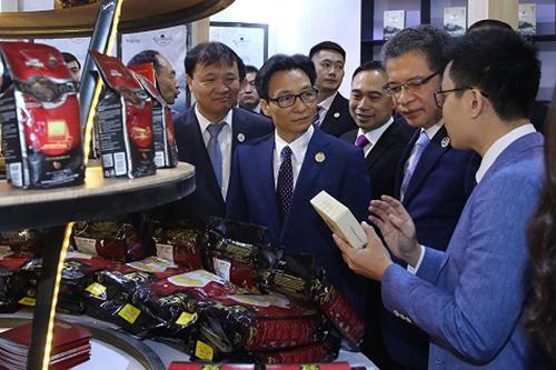 Phó thủ tướng Vũ Đức Đam (giữa)thăm gian hàng cà phê Trung Nguyên - Ảnh: VGP/Đình Nam.