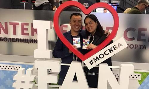 Anh Giao cùng bà xã nhận Fan ID đi kèm với vé xem World Cup. Khán giả dùng mã này để được đi tàu điện miễn phí. Ảnh: NVCC.
