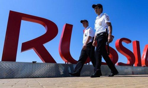 Các sĩ quan an ninh tuần tra quanh sân vận động tại Saint Petersburg. Ảnh: AFP.