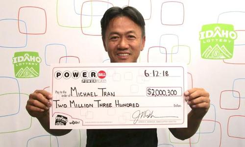 Micheal Tran lĩnh thưởng vào ngày 12/6. Ảnh: CNN.