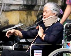Bà Toan ngồi xe lăn đến hầu tòa. Ảnh: Kỳ Hoa.