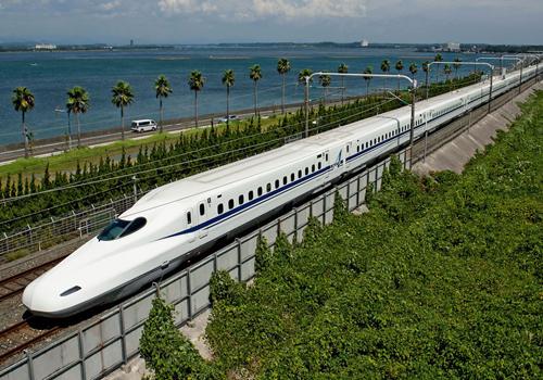 Tàu Shinkansen của Nhật vận hành tốc độ 300km/h. Ảnh: Hitravel
