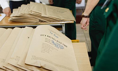 Mọi công tác in sao, vận chuyển đề thi, bài thi của thí sinh trong kỳ thi THPT quốc gia đều có nhân viên an ninh giám sát. Ảnh kiểm tra túi đựng bài thi của thí sinh năm 2017:Hoàng Thành.