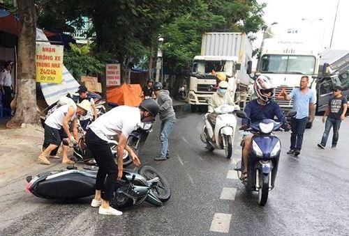 Nhiều người đi xe máy đã bị ngã sấp mặt do mặt đường trơn trượt bởi hàng trăm lít dầu từ xe gặp nạn chảy ra. Ảnh: CVT