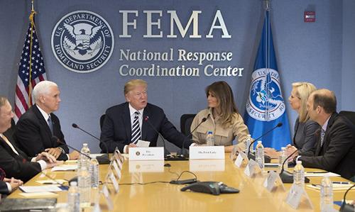 Ông Trump và bà Melania cùng các quan chứctại cuộc họp ởtrụ sở Ban Quản lý Khẩn cấp Liên bang hôm 6/6. Ảnh:Reuters