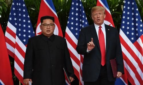 Tổng thống Mỹ Trump (phải) và lãnh đạo Triều Tiên Kim Jong-un tại Singapore ngày 12/6. Ảnh: AFP.
