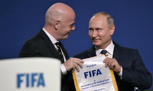 Tổng thống Nga Putin (phải) và Chủ tịch FIFA Gianni Infantino tại Đại hội FIFA ở Moskva ngày 13/6. Ảnh: AFP.