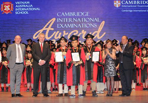 Nam Anh nhận giải thưởng kỳ thi Cambridge.