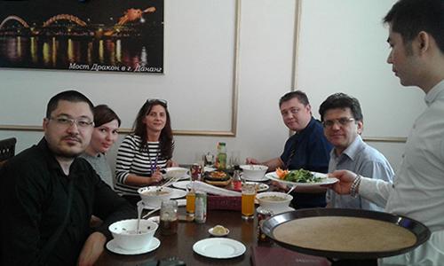 Thực khách thưởng thức món ăn Việt.