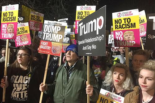 Người Anh biểu tình phản đối Trump trở thành tổng thống Mỹ hồi tháng 1/2017. Ảnh: Socialist Worker