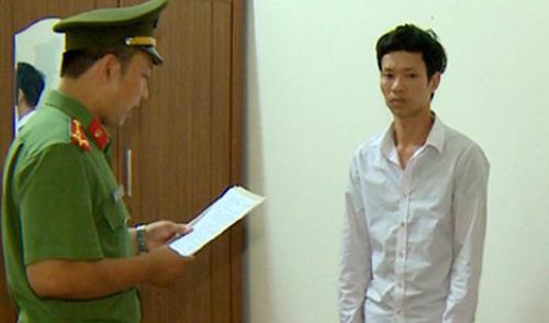 Công an thi hành lệnh bắt giam nghi can Nguyễn Văn Quang. Ảnh: Lam Sơn.