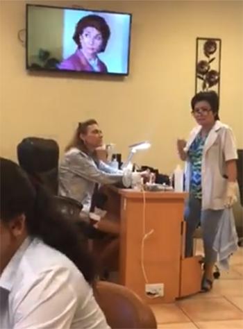 Nữ khách hàng (ngồi ở bàn) mắng nhiếc trong khi bà chủ Karen Vu cố gắng xin lỗi và xoa dịu. Ảnh: Facebook