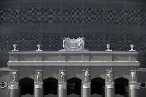 Mặt tiền sân vận động Tsentralnyi với bức tường. Ảnh: NYT.