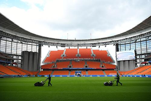 Hai khu khán đài được xây dựng thêm ngay bên trên hai cửa ra vào của sân vận động,nhô hẳn ra bên ngoài và không có mái che. Ảnh: NYT.
