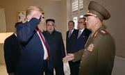 Trump bị chỉ trích vì chào kiểu nhà binh với tướng Triều Tiên