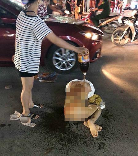 Thiếu nữ bị lột đồ, đổ nước mắm lên người giữa phố ở Thanh Hóa.