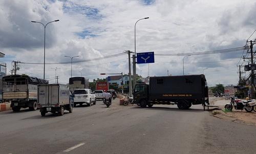 CSGT Đồng Nai chặn quốc lộ 1 vào nội ô Biên Hòa để phân luồng xe đi qua đường tránh thành phố ngày 10/6. Ảnh: Phước Tuấn