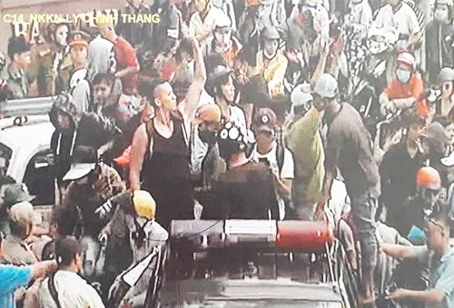 Du khách mặc áo ba lỗ màu đen trong đoạn clip.