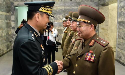 Trưởng đoàn Hàn Quốc (trái) và Triều Tiên gặp nhau hôm 14/6. Ảnh: Bộ Quốc phòng Hàn Quốc.