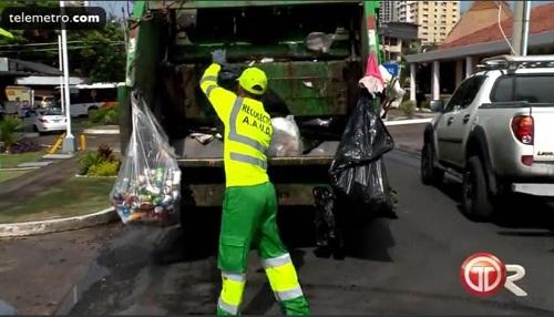 Buổi sáng, Victoria đi thu gom rác còn buổi chiều, ông đi làm trọng tài. Ảnh: Telemetro.