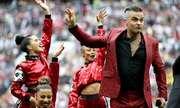 Robbie Williams ám chá» gì khi giÆ¡ ngón tay thá»i trÆ°á»c á»ng kính World Cup?
