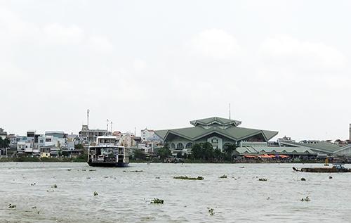 Đoạn sông Hậu khu vực bến phà An Hoà - nơi xảy ra vụ tai nạn làm đại uý Cảnh sát Môi trường mất tích. Ảnh: Cửu Long