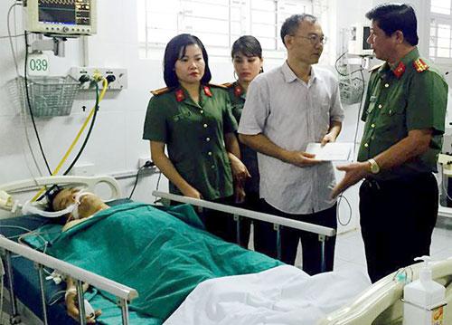Trung úy Minh đang được điều trị tích cực tại bệnh viện. Ảnh: Sơn Dương