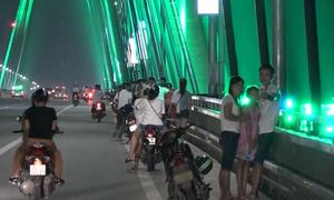 Hàng trăm người dừng xe hóng mát, chụp ảnh trên cầu Nhật Tân