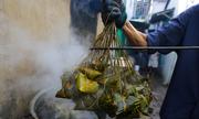 Xóm làm bánh ú lá tre ở Sài Gòn tất bật dịp Tết Đoan Ngọ