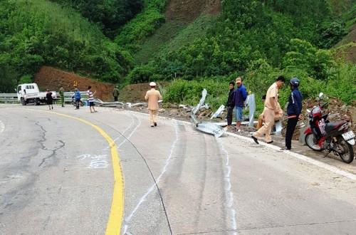 Cảnh sát ở hiện trường điều tiết giao thông sau tai nạn. Ảnh: Việt Hiến.